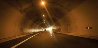 Tunnelweg met twee steegweg Moderne tunnel op weg, detail van wegvervoer Het concept van het vervoersysteem Royalty-vrije Stock Afbeelding