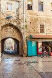 TUNNLAND ISRAEL - FEBRUARI 18, 2013: Säljare nära gatan shoppar i nolla Royaltyfria Foton