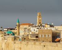 TUNNLAND ISRAEL - MARS 23, 2018: Sikt av den gamla staden av tunnlandet, med klockatornet, minaren och moskén royaltyfri foto