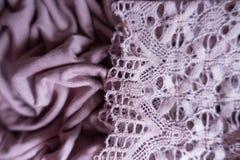 Tunt snöra åt på draperat rosa tyg arkivbild
