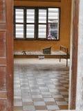2017-01-03 Tuol sleng监狱博物馆金边柬埔寨,金属床在其中一个前拷打的细胞中 免版税库存照片