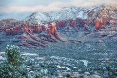 Tuoni la montagna/la collina e Sedona del Campidoglio dopo le precipitazioni nevose Fotografie Stock