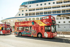 Tuoristic autobus na tle liniowiec Obraz Royalty Free