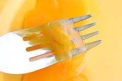 Tuorlo d'uovo mescolantesi Fotografie Stock Libere da Diritti