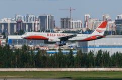 Tupolev 214 skrzydeł Czerwone linie lotnicze, lotniskowy Pulkovo, Rosja Petersburg Sierpień 2016 Obrazy Royalty Free