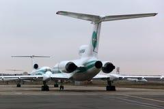 Tupolev Tu-154M RA-85684 de lignes aériennes d'Alrosa se tenant à l'aéroport international de Domodedovo Photographie stock libre de droits