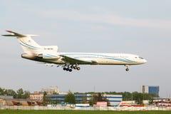 Tupolev TU-154 som landar till landningsbanan arkivfoto