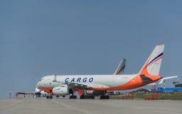 Tupolev Tu-204 Transaero ładunku linie lotnicze przy lotniskowym fartuchem Zdjęcie Stock