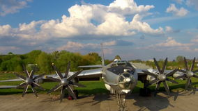 Tupoleven Tu-142 på flygmuseet i Kiev stock video