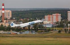 Tupoleven TU-134 tar av från landningsbana Arkivbilder