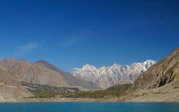 Tupopdan maxima och Attabad sjö, nordliga Pakistan Arkivfoton