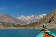 Tupopdan når en höjdpunkt, medan se från fartyget i nordliga Pakistan Royaltyfri Fotografi