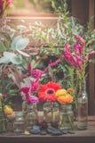 Tuppkammen kinesisk ull blommar, och gerberaen blommar i vas smyckar Arkivbilder