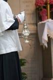 Turíbulo sostenido por el muchacho de altar Foto de archivo