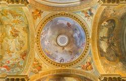 Turín - el neo - cúpula barroca con la gloria motiva de St Theresia y los cuatro evangelistas en los di Santa Teresa de Chiesa de Foto de archivo