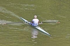Turín, Italia atleta del 9 de mayo de 2014 disfruta al aire libre de deportes, él está remando en el Po Fotos de archivo
