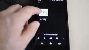 Turín, Italia 23 de febrero de 2018 usando eBay en un smartphone metrajes