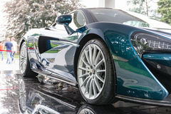TURÍN, ITALIA - 12 DE JUNIO DE 2016: el nuevo McLaren 570GT en el soporte Fotografía de archivo libre de regalías