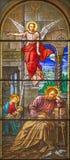TURÍN, ITALIA - 15 DE MARZO DE 2017: La visión del ángel a San José en el sueño en el vitral de la basílica Maria Ausili de la ig Imágenes de archivo libres de regalías