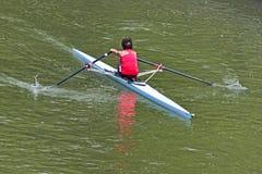 Turín, Italia 9 de mayo de 2014 que la mujer atlética disfruta al aire libre de deportes, ella está remando en el Po Imágenes de archivo libres de regalías