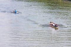 Turín, Italia los atletas del 9 de mayo de 2014 disfruta al aire libre de deportes, ellos está remando en el Po Foto de archivo libre de regalías