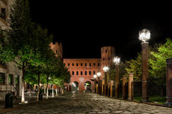 Turín, Palatina Gate en la noche Foto de archivo