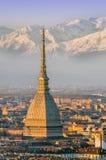 Turín (Torino), topo Antonelliana y montañas Foto de archivo