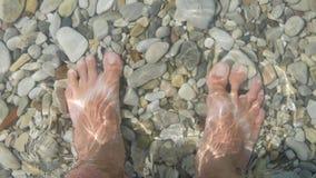 Turístico consiguiendo sus pies mojados debido a una onda almacen de video