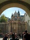 Turístico tomando una imagen del castillo de Neuschwanstein, Alemania imagenes de archivo