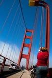 Turístico tome una foto en el puente de San Francisco Golden Gate en fogg Imagen de archivo