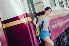 Turísticos asiáticos de la chica joven toman el tren imagen de archivo libre de regalías