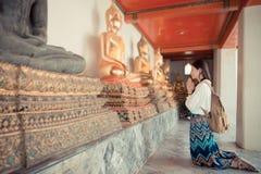 Turísticos femeninos sonrientes se arrodillan abajo en Bangkok Fotos de archivo libres de regalías