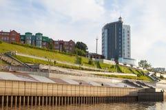 Tura River Embankment dans Tyumen, Russie Photographie stock libre de droits