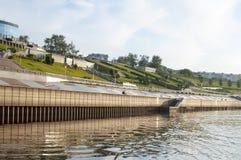 Tura River Embankment em Tyumen, Rússia imagens de stock