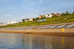 Tura River Embankment em Tyumen, Rússia imagens de stock royalty free