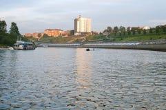 Tura River Embankment em Tyumen, Rússia Os povos têm uma boa estadia imagem de stock royalty free