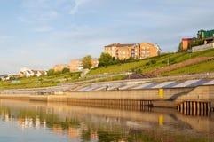 Tura River Embankment i Tyumen, Ryssland Royaltyfri Foto