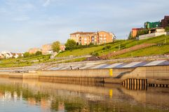 Tura River Embankment i Tyumen, Ryssland Royaltyfri Bild