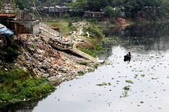 Turag-Flussverseuchung bei Tongi Stockbild