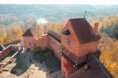Turaidakasteel in de herfst van de hoogte van de toren stock afbeeldingen