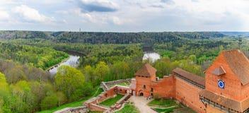 Turaidakasteel en Gauja-riviervallei in Sigulda, Letland Stock Fotografie