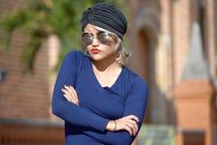 Turbante que lleva femenino musulmán bonito obstinado imagen de archivo libre de regalías