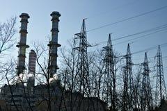 Turbigo milaan lombardije Itali? 24 maart 2019 Schoorstenen, pylonen en kabels van de elektrische centrale stock foto