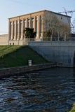 Turbigo, Milaan, Lombardije, Itali? 24 maart, 2019 Waterkrachtcentrale langs Naviglio Grande wordt gevestigd die royalty-vrije stock fotografie