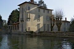 Turbigo Milan, Lombardy, Italien Villa som byggs på bankerna av Naviglioen som är stor nära Milan royaltyfria foton