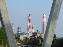 Turbigo Milano, Italien 06/102009 Kraftverk i landskapet av Milan I förgrundsflygparadpylonerna royaltyfri foto