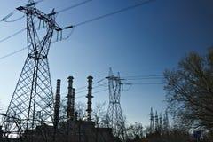 Turbigo milano lombardy L'Italia 24 marzo 2019 Camini, piloni e cavi della centrale elettrica immagine stock libera da diritti
