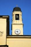 turbigoabstrakt begrepp i Italien väggen och det kyrkliga tornet sätter en klocka på Arkivfoto