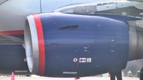 Turbin på vingen av en Boeing 747 på flygplatsen arkivfilmer
