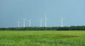 Turbina blanca del poder en el campo, Lituania Fotografía de archivo